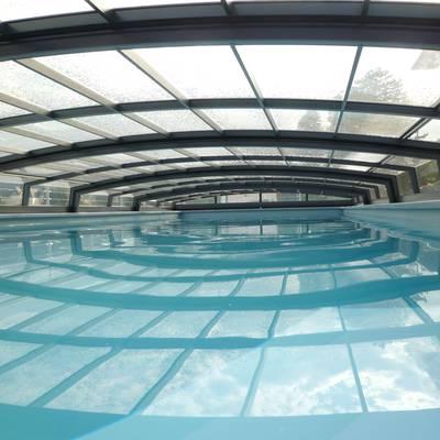 Blick ins Innere – flache Poolüberdachung mit ausreichend Freiraum