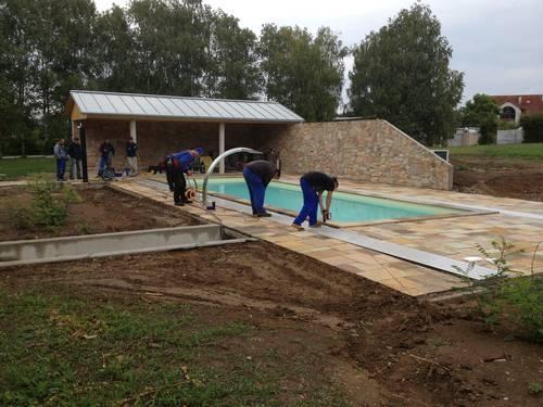Anbringen der Schiene für die Poolüberdachung