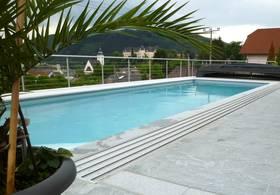 Großzügiges Outdoor Pool – Überdachung vollständig geöffnet