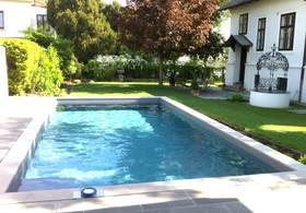 Smartes Outdoor Pool – Abdeckung vollständig geöffnet