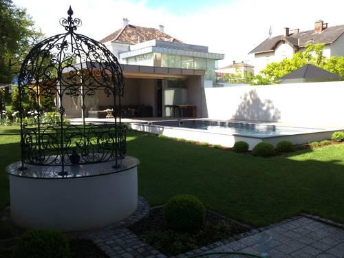 Ansicht mit Blick auf Pool inkl. überdachter Terrasse